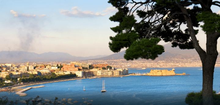 Panorama cruise in yacht tra le ville di Posillipo e Palazzo Donn'Anna. Una doppia formula food lunch or dinner con vista mare su Napoli.