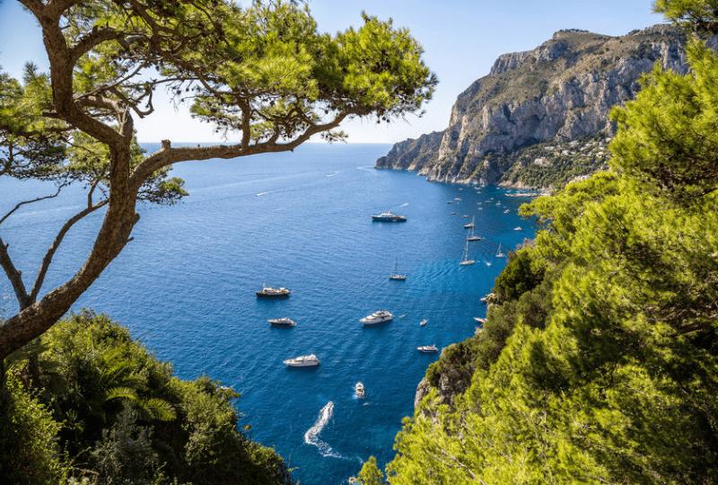Capri Suite overwater hotel di lusso galleggiante situato a due passi dalla funicolare di Capri per il tuo indimenticabile soggiorno