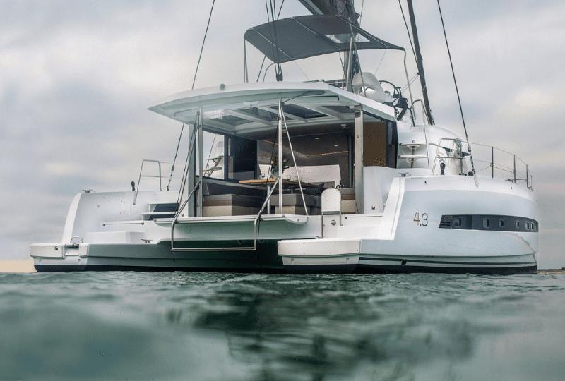 Luxury Catamaran Charter Napoli. Interni ed esterni spaziosi del prestigioso Bali con zone abitative dal design confortevole ed elegante