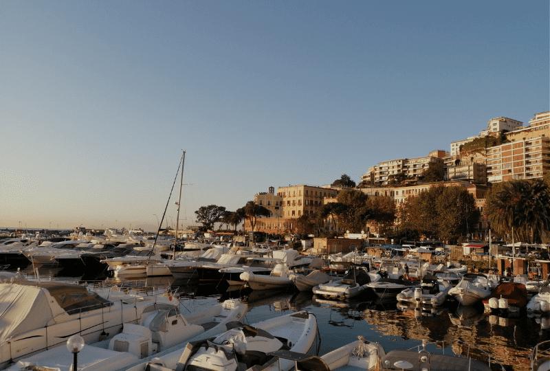 Mergellina deluxe rooms. Un resort a vela in pieno centro città, il salotto più esclusivo in riva al mare nel cuore di Napoli.