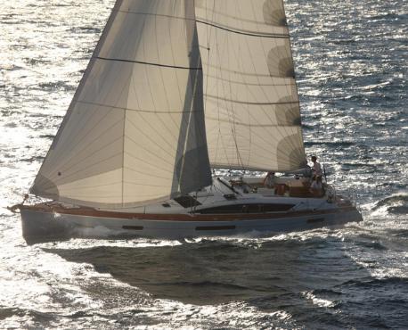 Napoli Vela Yacht Charter noleggio e locazione barche tutto l'anno. Un Jeanneau 53 dalle grandi dimensioni per una vacanza in barca perfetta