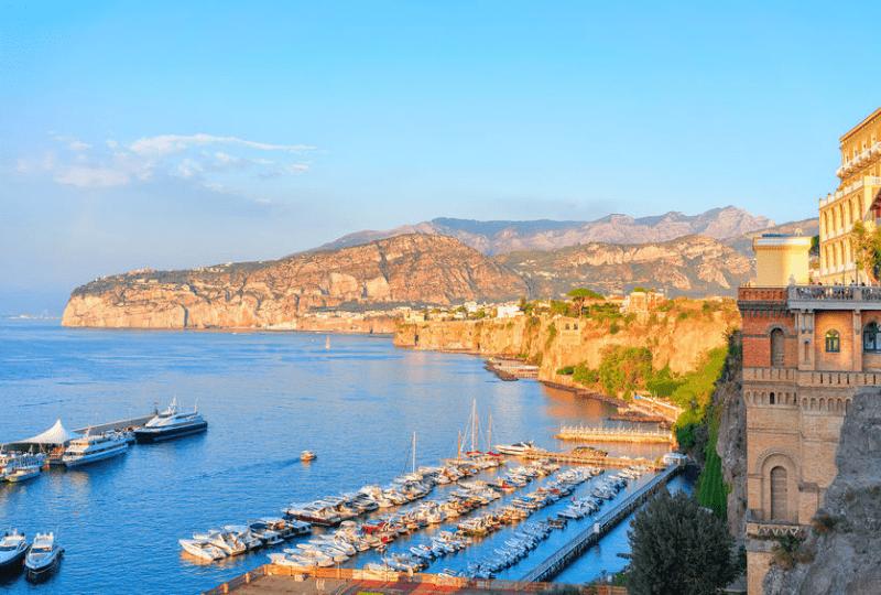 Sorrento suite hotel un resort galleggiante di lusso situato nel cuore turistico e paesaggistico di Sorrento per un soggiorno unico.