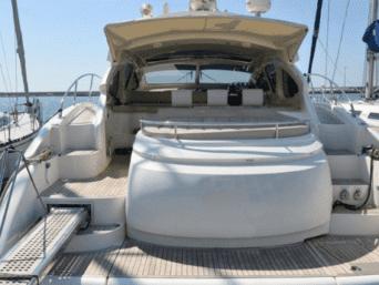 Noleggio Yacht Klase 50 a Napoli. Una crociera giornaliera perfetta unica nel suo genere, ideale per coppie, famiglie e gruppi di amici