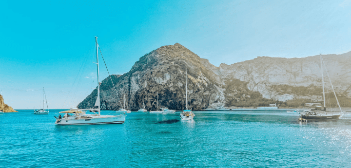 Crociere a vela, l'estate sbarca a Napoli in yacht. Un viaggio itinerante alla scoperta dei luoghi più esclusivi della Campania.