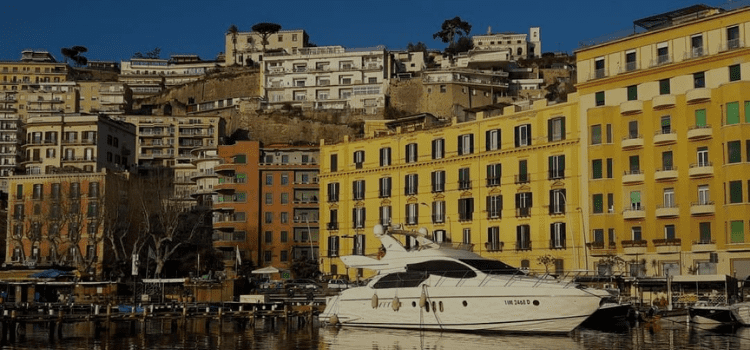 Dormire in yacht a Mergellina Caracciolo Deluxe Room, la nostra formula Hotel in barca speciale vista Mergellina per il weekend a Napoli