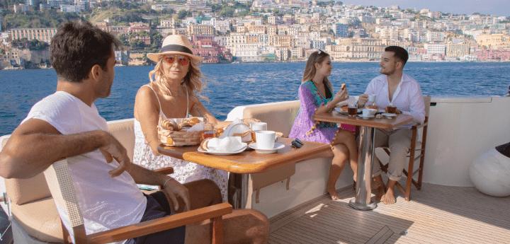 Resort overwater a Napoli si dorme in yacht. Wow, quando la fabbrica del turismo è ancora capace di sorprenderci la vista è mozzafiato