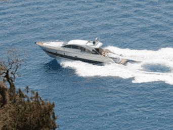 Aicon 72 Sl noleggio yacht di lusso da Napoli. Di grande prestigio disponibile per il noleggio settimanale o giornaliero con equipaggio.