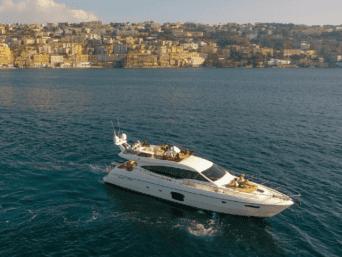 Noleggio yacht di lusso Ferretti 60 a Napoli. Elegante, raffinato senza rinunciare al lusso e alle comodità al miglior prezzo di mercato.