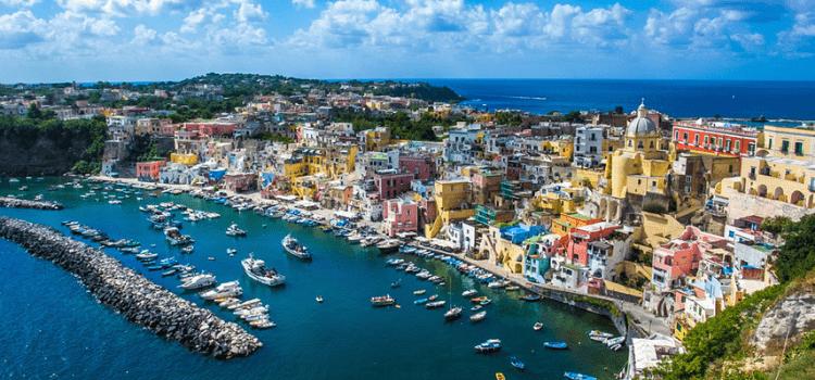 In catamarano la capitale italiana della cultura. Speciale Procida estate in yacht. Weekend in barca, crociere settimanali tutto compreso