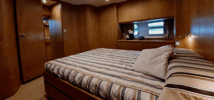 Pozzuoli deluxe room in yacht. Dove dormire in barca, lussuose imbarcazioni a vela e motore ancorate nel porto con prima colazione a bordo